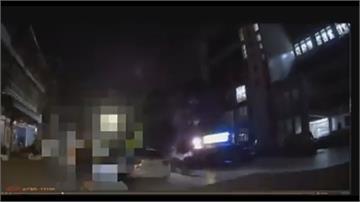 搭車嫌貴與司機爆口角   醉漢向警揮拳 勇警施展大外割壓制