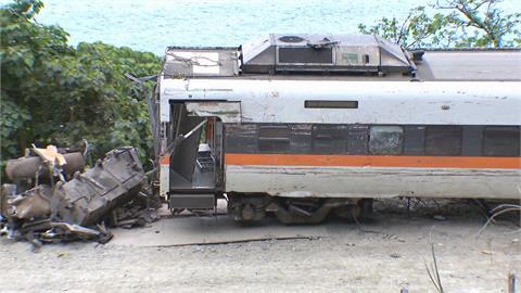 70歲老師傅指點 第8車廂終於拖出 第6節車廂轉向架損壞 脫離成難題