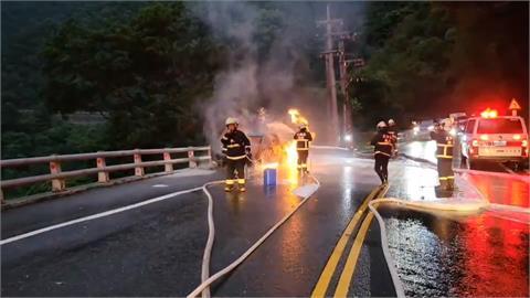 蘇花公路東澳段火燒車!整車燒到剩骨架 駕駛急跳車