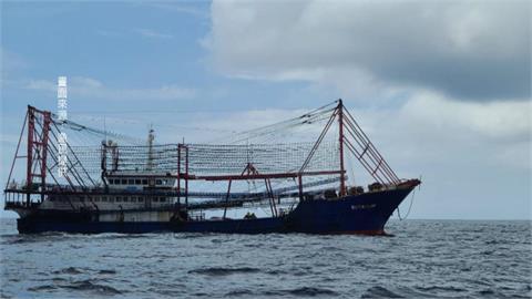 侵門踏戶!2中國籍漁船越界 海巡驅離竟當沒聽到