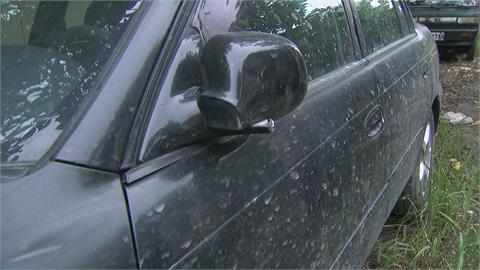 轎車停路邊遭雙煞暴砸 鈑金凹陷玻璃也全碎