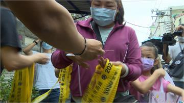 直攻高雄「深藍區」左楠 罷韓團體市場發放黃絲帶