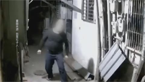 防火巷作勢破壞門鎖想闖空門? 男觸發警報被嚇跑