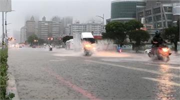 快新聞/豪雨致夢時代附近積水 高雄氣象站提醒下班課民眾注意
