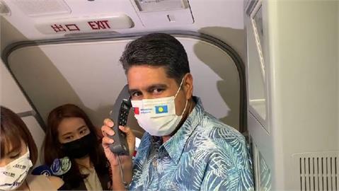 快新聞/首發團抵達帛琉! 惠恕仁親自客艙廣播表歡迎「旅客樂拿小禮物搶合影」