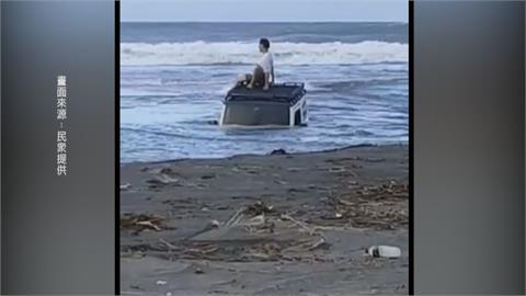 試車出糗!越野車奔馳蘇澳沙灘 一車4人慘泡水險滅頂