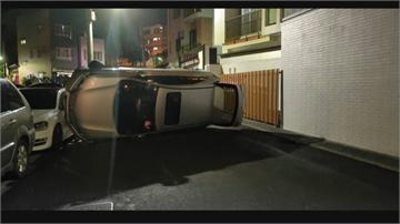 神乎其技!百萬休旅車翻覆卡死巷弄  車到底怎麼開的...駕駛自己也困惑!