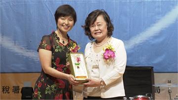 民視文化獲頒財政部獎盃 董事長王明玉受表揚