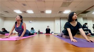 當議員壓力大...黃郁芬、林亮君結伴練「陰瑜伽」