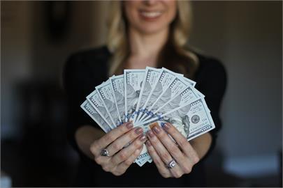 有錢就是任性?女老闆露台狂撒1億現金任人撿 她:員工福利!