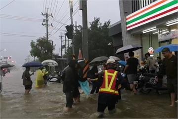 快新聞/高市樹德科大校門口「水淹到膝蓋」 機車泡水學生急忙搶救