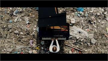 俄鋼琴家垃圾掩埋場彈琴 盼喚醒環保意識