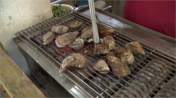 嘉義東石帶殼鮮蚵比手掌還大!美食好料讓遊客大呼滿足