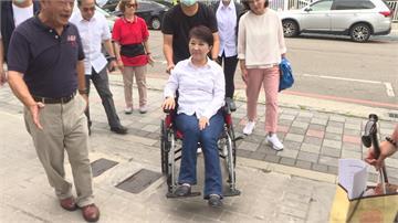剛動完髖關節手術...盧秀燕坐輪椅趴趴走 三倍券買彈珠台
