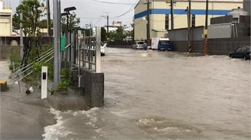 雨彈狂炸高雄!岡山、燕巢馬路成溪流