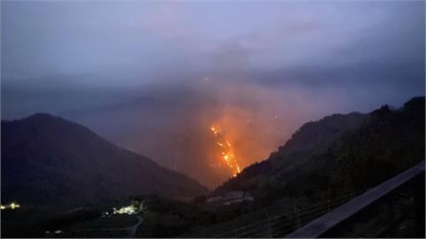 嘉義隙頂往象山方向山林火警 遠眺宛如火龍
