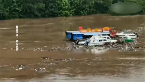 四川暴雨受災戶達12萬人 遊艇被沖下堤壩
