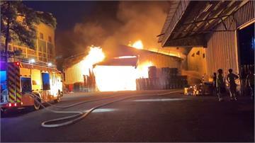 路竹物流倉庫火警 出動27輛消防車撲滅火勢
