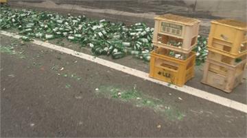 悲劇!貨車疑過彎繩索斷裂近萬個空酒瓶被甩飛 交通癱瘓