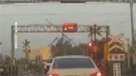 平交道柵欄升又降 休旅車卡軌險遭火車撞