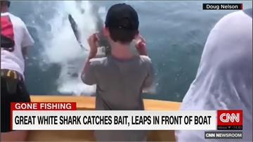 魚上鉤了!男孩釣魚開心拍照 下一秒大白鯊跳上來