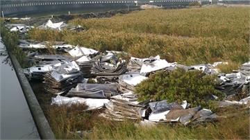 千片太陽能板殘骸堆置魚塭旁!居民擔心受污染