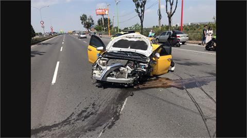 載客還飆速超車 小黃自撞分隔島釀2輕傷