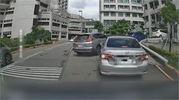 傻眼!見縫插「車」進榮總停車場後方排隊駕駛拍窗理論也不理