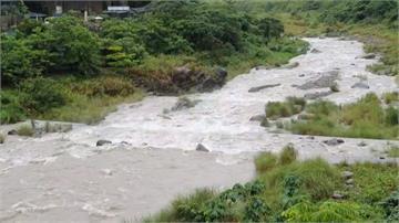 明德水庫滿水位洩洪 間歇大雨落石砸車
