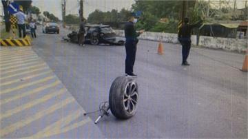 超速頻變換車道 馬路變賽道! 黑色轎車自撞全毀 駕駛幸運僅受輕傷