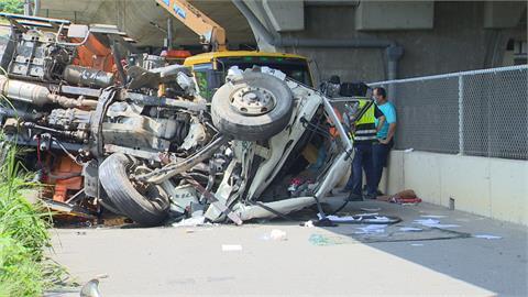 國道4號吊臂卡車翻落4層樓橋下 駕駛命大...救出時意識清楚!