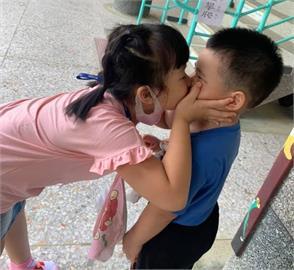 快新聞/超有愛! 幼兒園新生開學哭不停 小一姐姐捧臉一吻讓他笑了