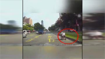 好遠的候車亭 要「逼死」身障族? 為了搭公車 快車道驚見「輪椅逆向」
