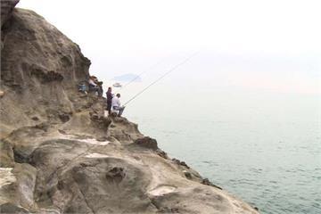 知名觀光景點象鼻岩 釣客冒險涉水磯釣