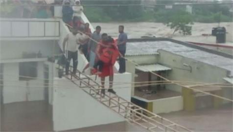 西印度洪水淹民宅、車輛 救難人員拉繩人鏈救援