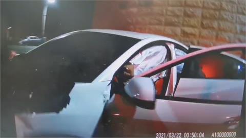 拒絕警方攔檢 賓士車加速逃逸路口就撞車
