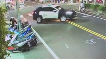 警車貪快違規雙黃線大迴轉!騎士違規逆向煞不及直撞受傷送醫