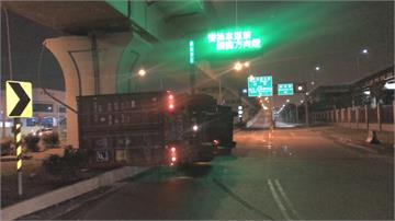 疑轉彎角度大貨櫃重心不穩 貨櫃車翻覆