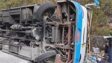 南投奧萬大中型巴士翻車 1死20輕重傷