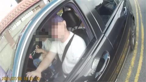 夫妻車上喝水被開單6千!他拿手機嗆警「改罰3萬」 氣呼:根本是搶錢