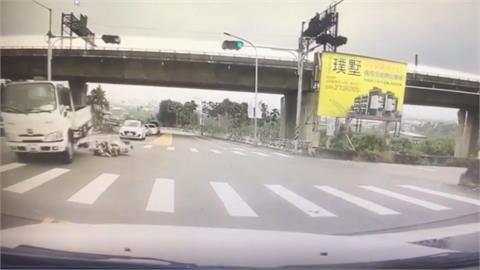 機車騎士搶快通過路口 遭貨車撞擊碾壓