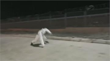 新疆小草湖又颳風 兩民警被吹趴倒地