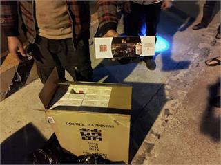 快新聞/兩外籍貨船澎湖海域併靠接駁 海巡署一舉查扣大量走私煙品