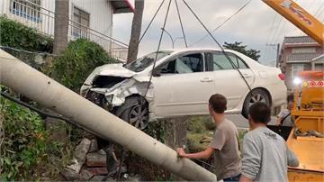 疑車速快為閃車打滑撞民宅 小客車被撞得變形