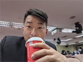 快新聞/陳柏惟喝咖啡自拍諷立院衝突 網友KUSO「那是用來訓練反應速度的」