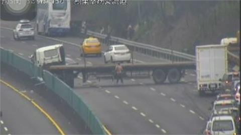 國道追撞事故 遊覽車載工作人員轉播喊卡