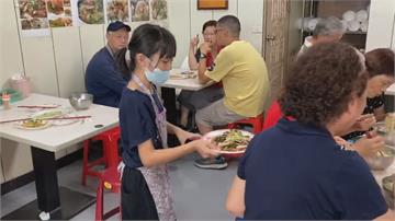 竹東市場「9歲看板娘」好神!麵店外場全Hold住 收桌只要5秒