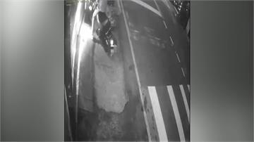 少年偷騎父機車 疑精神不濟暴衝撞機車行
