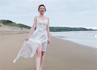 謝忻「緊身白洋裝」現身沙灘 漫步美照網驚呼:美人魚上岸!