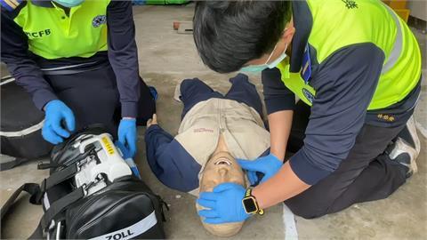 男子打羽球突倒地無心跳 球友緊急CPR搶回一命